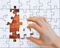 кирпич покрыл стену штукатурки головоломки частей руки стоковое фото