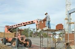 кирпич разгржая работника стоковое изображение