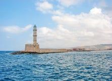 Кирпич старого стиля сделал маяк поднимая от пристани в середине Стоковые Изображения RF