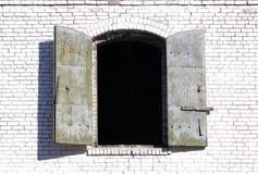 кирпич shutters белизна шторма Стоковые Фото
