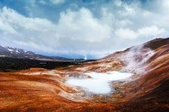 Кисловочное горячее озеро в геотермической долине Стоковые Фотографии RF