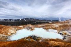 Кисловочное горячее озеро в геотермической долине стоковое фото
