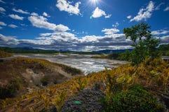 Кисловочное озеро в кальдере вулкана ` s Uzon Камчатка, Россия Стоковое Изображение