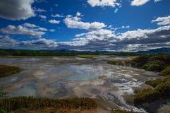 Кисловочное озеро в кальдере вулкана ` s Uzon Камчатка, Россия Стоковые Изображения RF