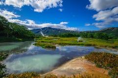 Кисловочное озеро в Uzon& x27; кальдера вулкана s Камчатка, Россия Стоковые Изображения