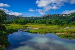 Кисловочное озеро в Uzon& x27; кальдера вулкана s Камчатка, Россия Стоковые Фотографии RF