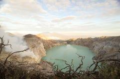 Кислотное озеро кратера на Кава кратере vocalno Ijen, East Java, Индонезии стоковые фотографии rf