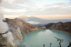 Кислотное озеро кратера на Кава кратере vocalno Ijen, East Java, Индонезии стоковое фото rf