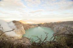 Кислотное озеро кратера на Кава кратере vocalno Ijen, East Java, Индонезии стоковые изображения rf