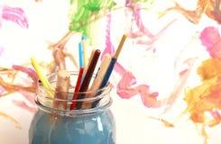 Кисти выдерживая в стеклянном опарнике мыльной воды Стоковая Фотография RF