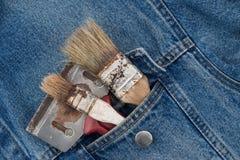 кисти в карманн джинсов Стоковая Фотография