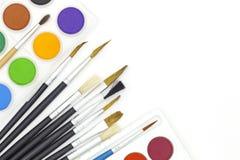 Кисти и краски изолированные на белой предпосылке Стоковое Фото