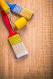 2 кисти и ролика на деревянной доске Стоковые Изображения RF