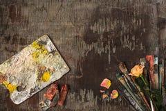 Кисти и трубки красок масла на деревянной предпосылке Стоковая Фотография RF
