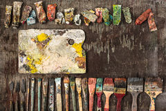 Кисти и трубки красок масла на деревянной предпосылке Стоковое Изображение RF