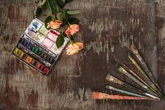 Кисти и трубки красок масла на деревянной предпосылке Стоковые Фото