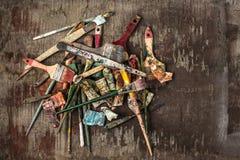 Кисти и трубки красок масла на деревянной предпосылке Стоковое фото RF