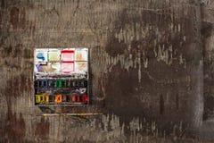Кисти и трубки красок масла на деревянной предпосылке Стоковые Фотографии RF