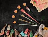 Кисти и трубки красок масла на деревянной предпосылке Стоковое Изображение