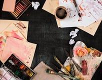 Кисти и трубки красок масла на деревянной предпосылке Стоковая Фотография