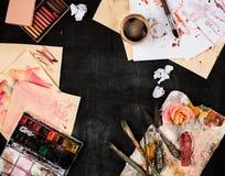 Кисти и трубки красок масла на деревянной предпосылке Стоковые Изображения RF