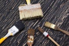Кисти на деревянной предпосылке Стоковые Изображения RF