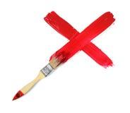 Кисть делая метку Красного Креста гуаши на белой предпосылке Стоковые Фото