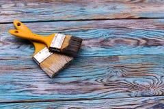 Кисть изолированная на деревянной голубой предпосылке Стоковые Фото