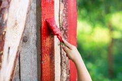 Кисть с красной доской краски Стоковые Фото