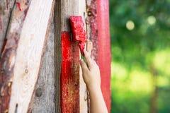 Кисть с красной доской краски Стоковое Фото