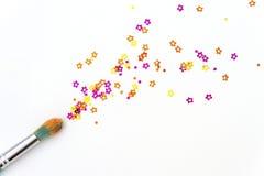 Кисть с confetti на холсте Стоковая Фотография