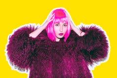 Кисловочная шальная горячая красивая девушка утеса в ярком розовом парике и солнечные очки в swag кожи лама вводят красное пальто Стоковые Фотографии RF