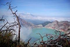 Кисловочное озеро в кратере activ voulcan Ijen с дымом серы Стоковая Фотография RF