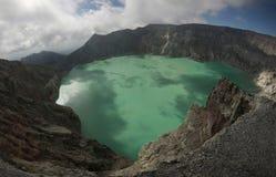 Кисловочное озеро в Kawah Ijen, East Java, Индонезии Стоковые Фотографии RF