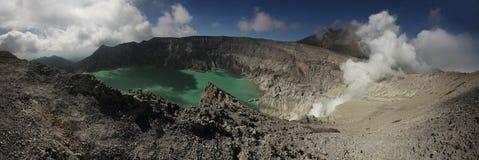 Кисловочное озеро в Kawah Ijen, East Java, Индонезии Стоковая Фотография