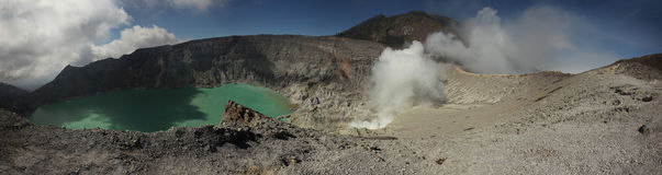 Кисловочное озеро в Kawah Ijen, East Java, Индонезии Стоковое Изображение RF