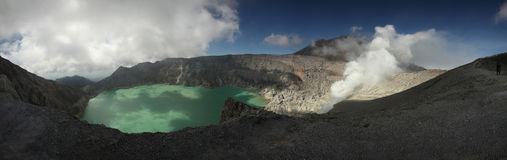 Кисловочное озеро в Kawah Ijen, East Java, Индонезии Стоковые Изображения RF