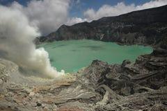 Кисловочное озеро на Kawah Ijen, East Java, Индонезии Стоковые Изображения