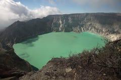 Кисловочное озеро на Kawah Ijen, East Java, Индонезии Стоковые Изображения RF