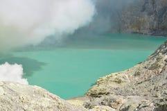 Кисловочное озеро серы на кратере Kawah Ijen Стоковая Фотография RF