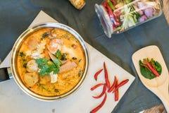 Кислые суп морепродуктов или морепродукты Тома Yum стоковая фотография