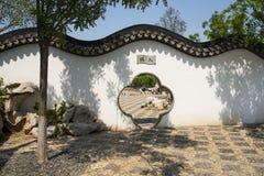 Китаец Азии, Пекин, здание ŒGarden ¼ Expoï сада, белая стена, серая плитка, дверь цветка Стоковая Фотография