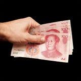 Китаец 100 банкнот renminbi юаней в руке Стоковая Фотография