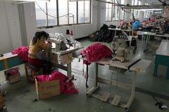 Китаец одевает фабрику с белошвейками Стоковая Фотография RF