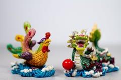 Китаец Феникс Feng Shui и лечение отношения любов дракона на сером сером белом Backround стоковые изображения