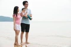 Китайская азиатская семья идя на пляж стоковые изображения rf
