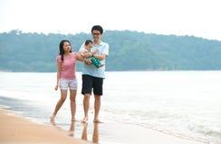 Китайская азиатская семья идя на пляж стоковая фотография