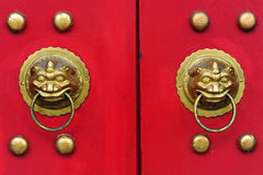 Китайская дверь с дверью руки льва Стоковое Изображение RF