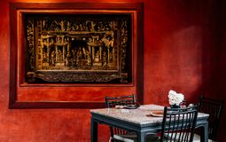 Китайская внутренняя dinning комната с лампой, таблицей, деревянным стулом и стоковое изображение