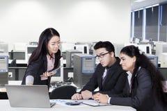 Китайская встреча менеджера с ее командой Стоковые Фотографии RF